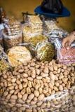 Ανάμεικτοι καρύδια και σπόροι από το πλανόδιο πωλητή Στοκ φωτογραφία με δικαίωμα ελεύθερης χρήσης