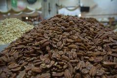 Ανάμεικτοι ξηροί καρποί σε bazaar Κατάταξη των οργανικών ξηρών, ξηρών καρπών, μετρητής στην αγορά τροφίμων, οργανικό healsy υγιές στοκ φωτογραφία με δικαίωμα ελεύθερης χρήσης