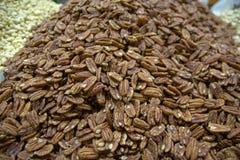 Ανάμεικτοι ξηροί καρποί σε bazaar Κατάταξη των οργανικών ξηρών, ξηρών καρπών, μετρητής στην αγορά τροφίμων, οργανικό healsy υγιές στοκ εικόνες με δικαίωμα ελεύθερης χρήσης