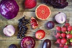Ανάμεικτοι τύποι πορφυρών φρούτων και λαχανικών στο ξύλινο backgro στοκ εικόνες