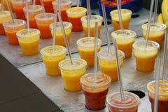 Ανάμεικτοι χυμοί φρούτων και καταφερτζήδες στη λιανική πώληση Στοκ φωτογραφία με δικαίωμα ελεύθερης χρήσης