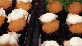 Ανάμεικτοι suhi και ρόλοι για την πώληση στην ασιατική αγορά νύχτας οδών Οι τοπικοί προμηθευτές πωλούν τα ιαπωνικά θαλασσινά απόθεμα βίντεο