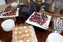 Ανάμεικτος μπουφές γλυκών επιδορπίων παρασκευής ζάχαρης Στοκ Φωτογραφίες