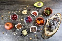 Ανάμεικτος ξηρός - φρούτα στον πίνακα Στοκ Φωτογραφίες