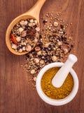 Ανάμεικτος των καρυκευμάτων στο ξύλινο μαύρο πιπέρι κουταλιών, άσπρο πιπέρι, Στοκ Φωτογραφία