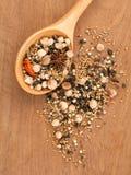 Ανάμεικτος των καρυκευμάτων στο ξύλινο μαύρο πιπέρι κουταλιών, άσπρο πιπέρι, στοκ φωτογραφίες