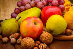 Ανάμεικτος των φρούτων στο υπόβαθρο υφάσματος Στοκ Εικόνες