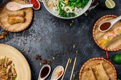 Ανάμεικτο ασιατικό γεύμα, βιετναμέζικα τρόφιμα Pho GA, pho BO, νουντλς, ρόλοι άνοιξη Στοκ εικόνα με δικαίωμα ελεύθερης χρήσης