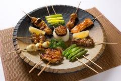 Ανάμεικτο ιαπωνικό Kushiyaki, σουβλισμένο και ψημένο στη σχάρα κρέας στοκ εικόνα με δικαίωμα ελεύθερης χρήσης