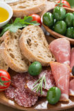 Ανάμεικτο ιταλικό antipasti - κρέατα, ελιές και ψωμί deli Στοκ Φωτογραφίες