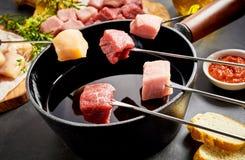 Ανάμεικτο κρέας έτοιμο να βυθιστεί σε ένα fondue δοχείο Στοκ εικόνα με δικαίωμα ελεύθερης χρήσης