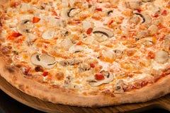 Ανάμεικτο κρέας πιτσών, βόειο κρέας, μπέϊκον, χοιρινό κρέας, μοτσαρέλα, στήθος κοτόπουλου Στοκ φωτογραφία με δικαίωμα ελεύθερης χρήσης