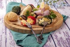 Ανάμεικτο τυρί στο πασπάλισμα με ψίχουλα χρώματος στοκ φωτογραφίες