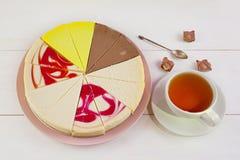 Ανάμεικτο cheesecake στο πιάτο στον άσπρο πίνακα Στοκ Εικόνα