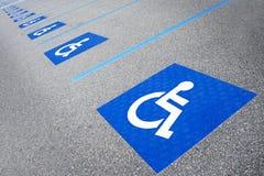 Ανάπηρα άτομα με ειδικές ανάγκες συμβόλων που σταθμεύουν το σημάδι Στοκ Εικόνες