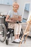 Ανάπηρη ώριμη γυναίκα που ελευθερώνει το ταλέντο της Στοκ Φωτογραφίες