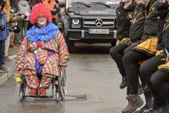 Ανάπηρος κλόουν και χορεύοντας γραμμή στην παρέλαση καρναβαλιού, Στουτγάρδη στοκ φωτογραφία με δικαίωμα ελεύθερης χρήσης