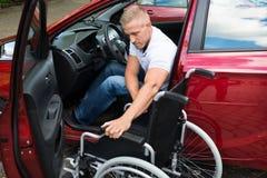 Ανάπηρος οδηγός αυτοκινήτων με μια αναπηρική καρέκλα στοκ φωτογραφίες με δικαίωμα ελεύθερης χρήσης