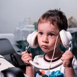 Ανάποδο αγόρι ακουστικών στοκ φωτογραφία