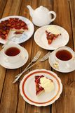 Ανάποδη πίτα δαμάσκηνων με το παγωτό και το μαύρο τσάι Στοκ εικόνες με δικαίωμα ελεύθερης χρήσης