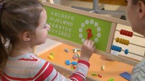 ανάπτυξη παιδικής ηλικίας Χρόνος εκμάθησης μικρών κοριτσιών με το παιχνίδι ρολογιών στο σπίτι φιλμ μικρού μήκους