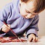 Ανάπτυξη παιδιών ζωγραφικής μικρών κοριτσιών στην τέχνη Στοκ εικόνα με δικαίωμα ελεύθερης χρήσης
