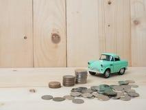 ανάπτυξη σωρών νομισμάτων oney με το πράσινο αυτοκίνητο στο ξύλινο υπόβαθρο Busi Στοκ εικόνες με δικαίωμα ελεύθερης χρήσης