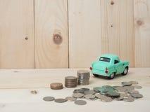 ανάπτυξη σωρών νομισμάτων oney με το πράσινο αυτοκίνητο στο ξύλινο υπόβαθρο Busi Στοκ φωτογραφίες με δικαίωμα ελεύθερης χρήσης