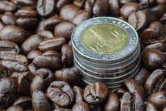 Νόμισμα στο φασόλι καφέ Στοκ εικόνες με δικαίωμα ελεύθερης χρήσης