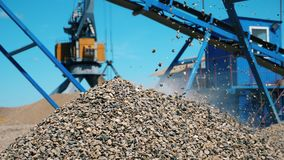 Ανάπτυξη του σωρού του αμμοχάλικου επί του τόπου εξόρυξης απόθεμα βίντεο