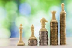 Ανάπτυξη των σωρών νομισμάτων με το πράσινο και μπλε backgro σπινθηρίσματος bokeh Στοκ φωτογραφία με δικαίωμα ελεύθερης χρήσης