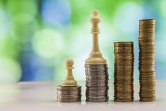 Ανάπτυξη των σωρών νομισμάτων με το πράσινο και μπλε backgro σπινθηρίσματος bokeh Στοκ Εικόνες