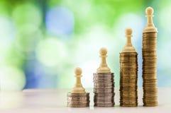 Ανάπτυξη των σωρών νομισμάτων με το πράσινο και μπλε backgro σπινθηρίσματος bokeh Στοκ Εικόνα