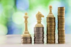 Ανάπτυξη των σωρών νομισμάτων με το πράσινο και μπλε backgro σπινθηρίσματος bokeh Στοκ φωτογραφίες με δικαίωμα ελεύθερης χρήσης