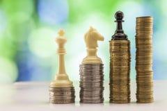 Ανάπτυξη των σωρών νομισμάτων με το πράσινο και μπλε backgro σπινθηρίσματος bokeh Στοκ Φωτογραφίες
