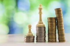 Ανάπτυξη των σωρών νομισμάτων με το πράσινο και μπλε backgro σπινθηρίσματος bokeh Στοκ Φωτογραφία