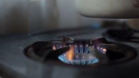 Ανάφλεξη του αερίου στον καυστήρα στην παλαιά σόμπα απόθεμα βίντεο