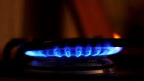 Ανάφλεξη του αερίου στον καυστήρα στη σόμπα εγχώριων κουζινών κίνηση αργή φιλμ μικρού μήκους