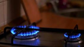 Ανάφλεξη του αερίου στον καυστήρα στη σόμπα εγχώριων κουζινών κίνηση αργή απόθεμα βίντεο