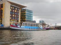 Ανάχωμα και σύγχρονα κτήρια στο Άμστερνταμ. Κάτω Χώρες Στοκ φωτογραφία με δικαίωμα ελεύθερης χρήσης