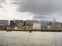 Ανάχωμα και σύγχρονα κτήρια στο Άμστερνταμ. Κάτω Χώρες Στοκ Εικόνες