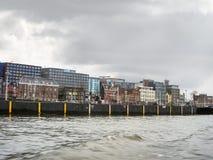 Ανάχωμα και σύγχρονα κτήρια στο Άμστερνταμ. Κάτω Χώρες Στοκ εικόνα με δικαίωμα ελεύθερης χρήσης