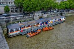 Ανάχωμα, Λονδίνο, Αγγλία - 2 Μαΐου 2017: Σταθμός ναυαγοσωστικών λέμβων RNLI στοκ εικόνα με δικαίωμα ελεύθερης χρήσης