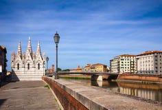 Ανάχωμα Πίζα Tuscan ποταμών Arno εκκλησιών ράχης della της Σάντα Μαρία στοκ εικόνες με δικαίωμα ελεύθερης χρήσης