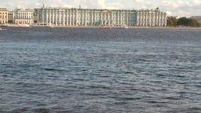 Ανάχωμα παλατιών και ποταμός Neva Πετρούπολη Ρωσία ST φιλμ μικρού μήκους