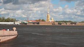 Ανάχωμα, ποταμός και φρούριο Πετρούπολη Ρωσία ST απόθεμα βίντεο