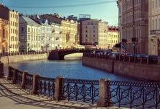Ανάχωμα ποταμών Πετρούπολη Άγιος Ρωσία Στοκ εικόνα με δικαίωμα ελεύθερης χρήσης