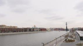 Ανάχωμα ποταμών της Μόσχας που αγνοεί το μνημείο στο Peter ο μεγάλος στη δυσάρεστη ημέρα φιλμ μικρού μήκους