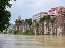 Ανάχωμα ποταμών Kura Mtkvari και εκκλησία Metekhi, Tbilisi, Γεωργία στοκ εικόνες με δικαίωμα ελεύθερης χρήσης