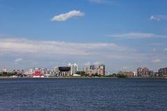 Ανάχωμα της πόλης Kazan Όμορφες πολυκατοικίες στα πλαίσια του νερού στοκ φωτογραφία με δικαίωμα ελεύθερης χρήσης